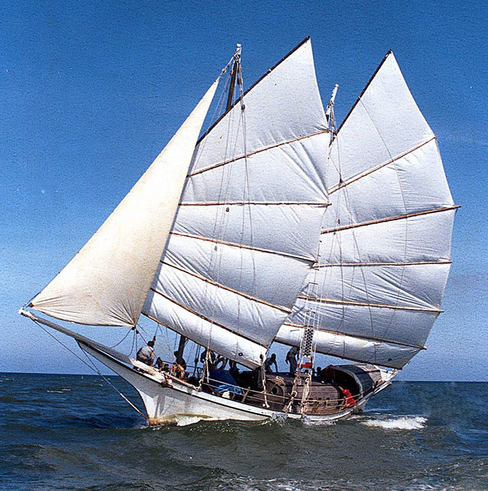 NAGA_PELANGI_sailing_off_the_coast_of_Kuala_Terengganu,_1998